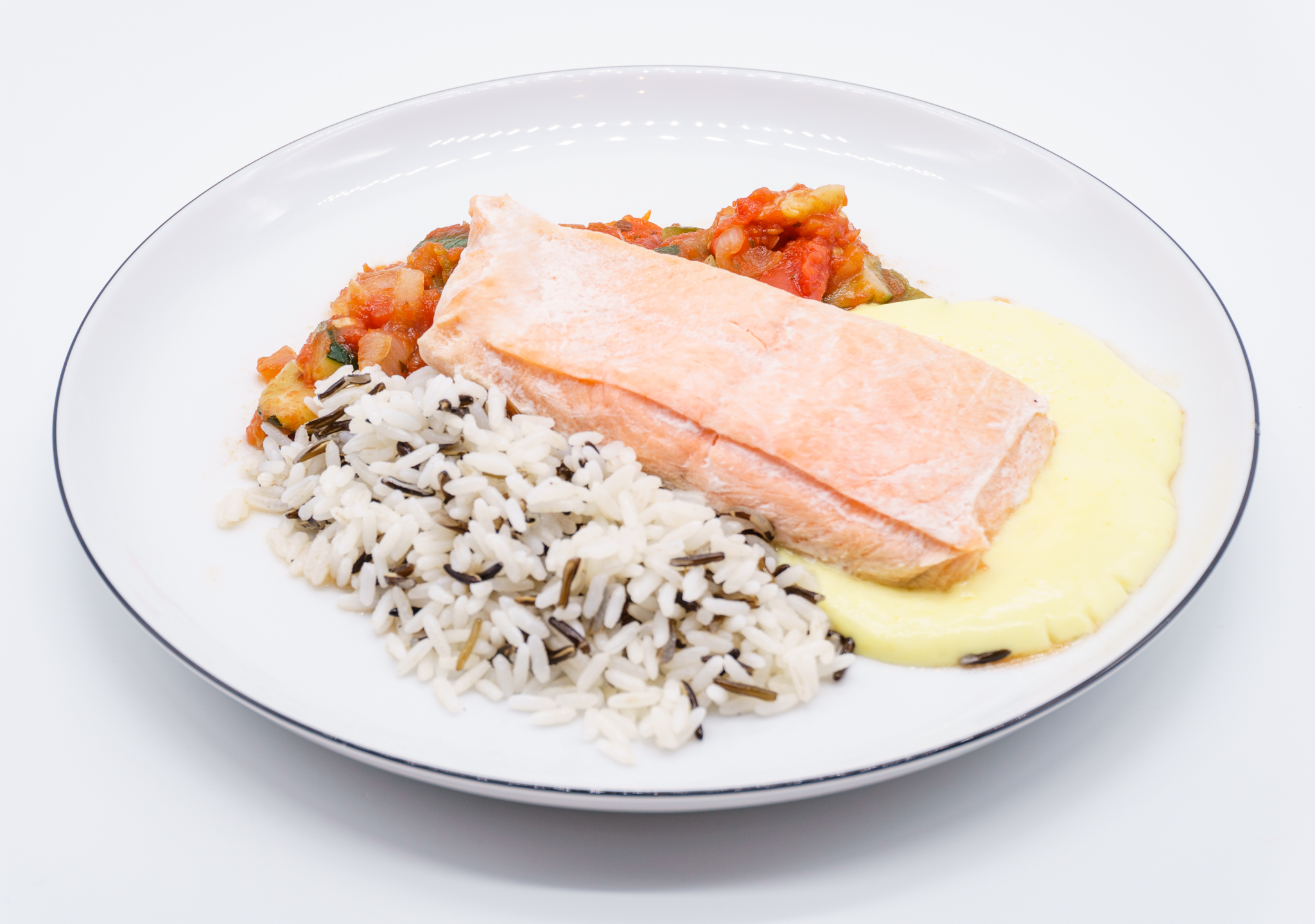 Lachsfilet in Safransauce mit Wildreis und Ratatouille. Feine Menüschalen für die Gastronomie zu Hause.