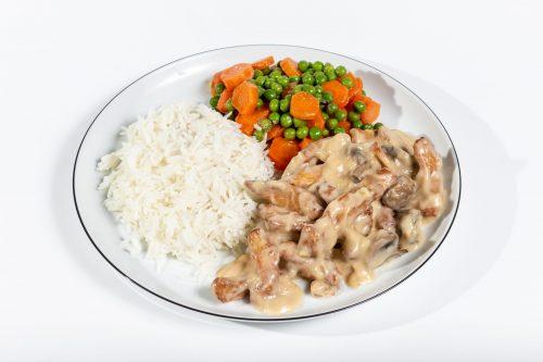 Hähnchengeschnetzeltes in Champignon-Rahmsauce mit Erbsen-Karotten Gemüse und Basmatireis