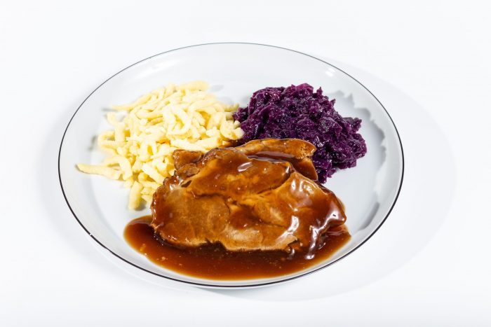 Schweinebraten in dunker Bratensauce mit Apfelrotkohl und Butterspätzle