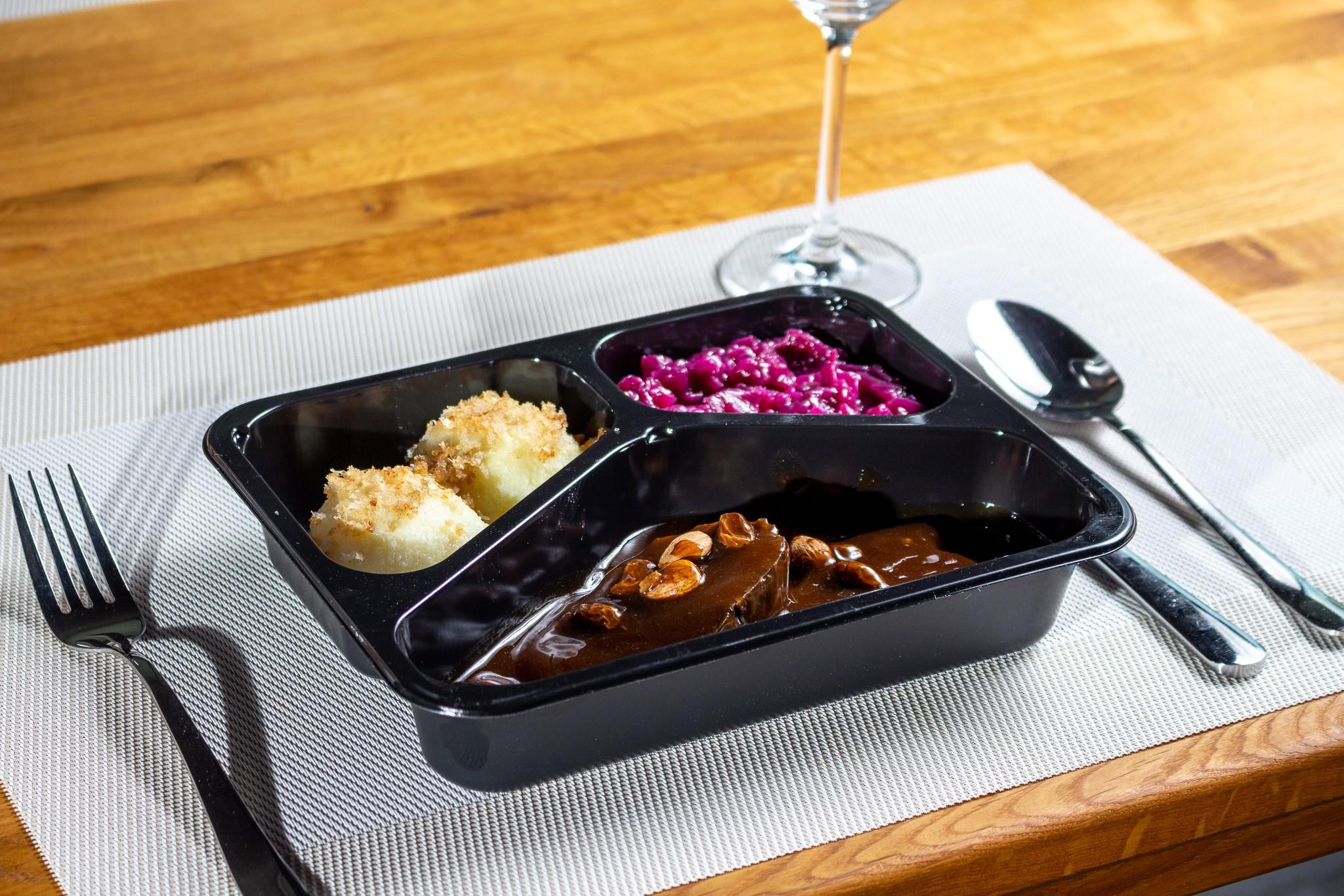 Leckere Menüschalen für zu Hause - Sauerbraten in Rosinensauce mit Apfelrotkohl und Kartoffelknödeln