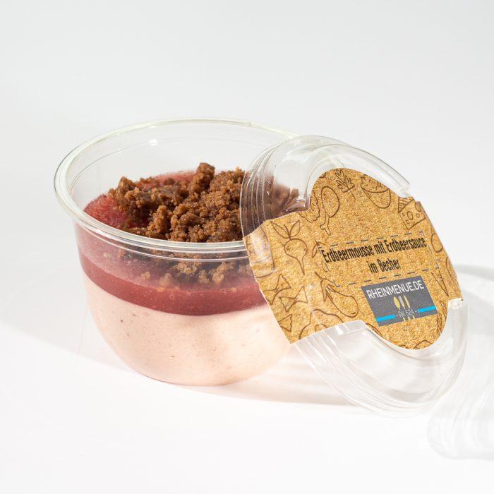 Erdbeermousse mit Fruchtsauce und Schokoladen-Browniecrumble