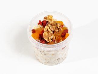 Porridge aus Kuhmilch mit Haferflocken und Chia mit Aprikosen-Goji