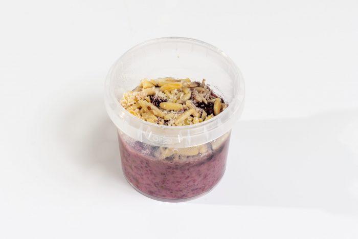 Porridge aus Hafermilch mit Brombeeren und Mandeln
