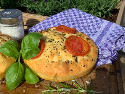 luftiges Focaccia mit Tomate und Rosmarin