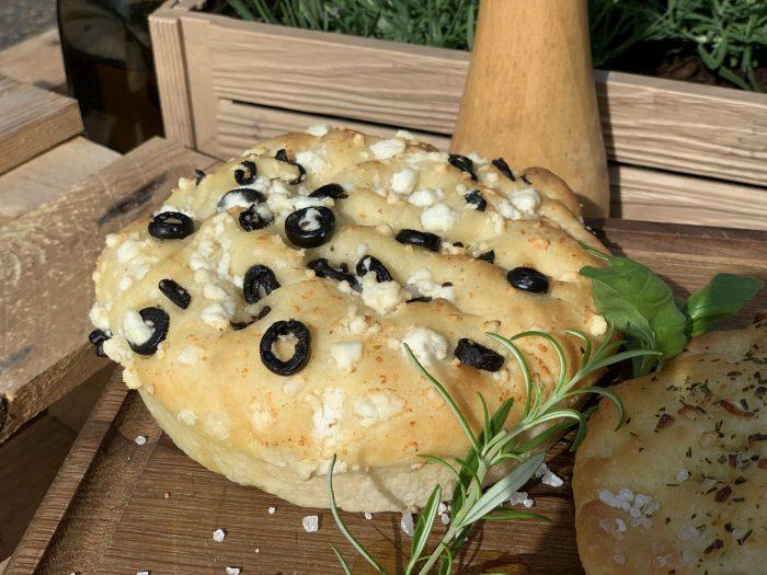 luftiges Focaccia mit Feta und Olive,