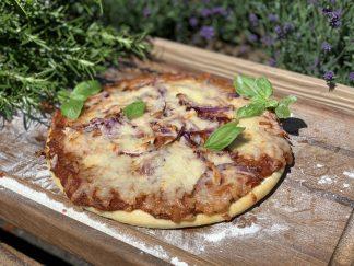 Pizza mit Pulled Chicken und red Onions